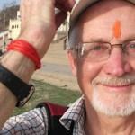 Välsignad av helig man. Varanasi