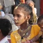 Flicka med smycke. Varanasi