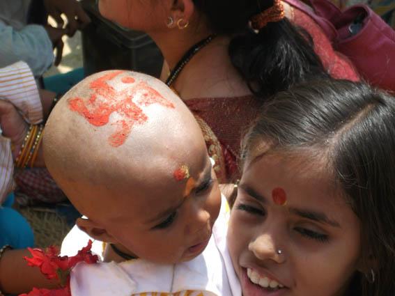 Barn med lyckotecken. Varanasi