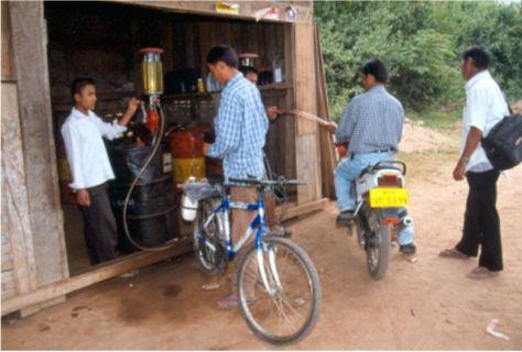 Laotisk bensinstation. Udomxai