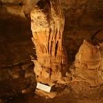 Grotta med stalakmiter