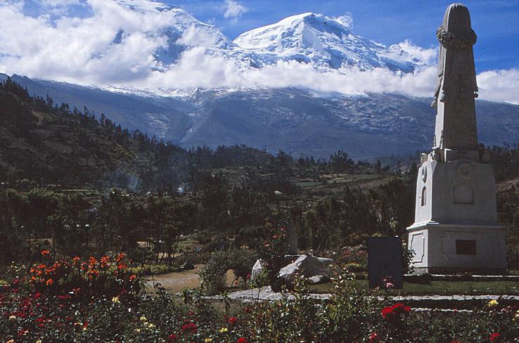 Monument över avlidna i jordskred. Huaraz