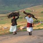 Kvinnor på väg till byn. Drakensberg