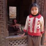 Flicka vid tempel. Bhaktapur