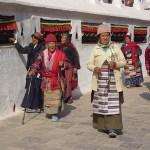 Tibetaner vid bönehjul. Stupan Boudanath. Kathmandu. Nepal (U)