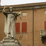 Ferrara. Staty framför borgen (U)