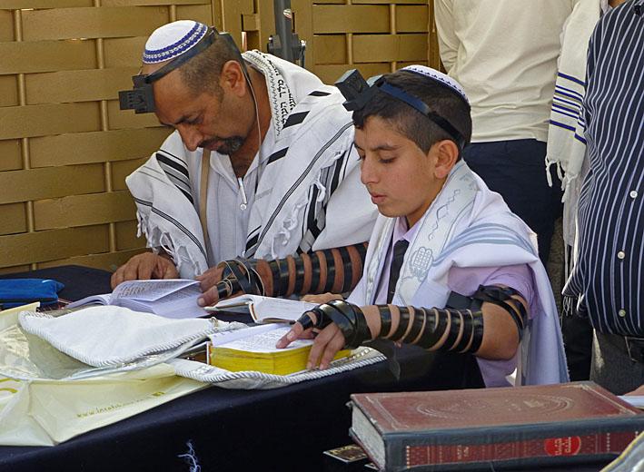 Före bönen vid Klagomuren. Jerusalem