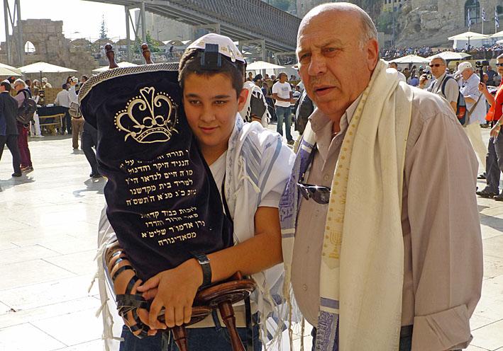 Första bönen vid Klagomuren. Jerusalem