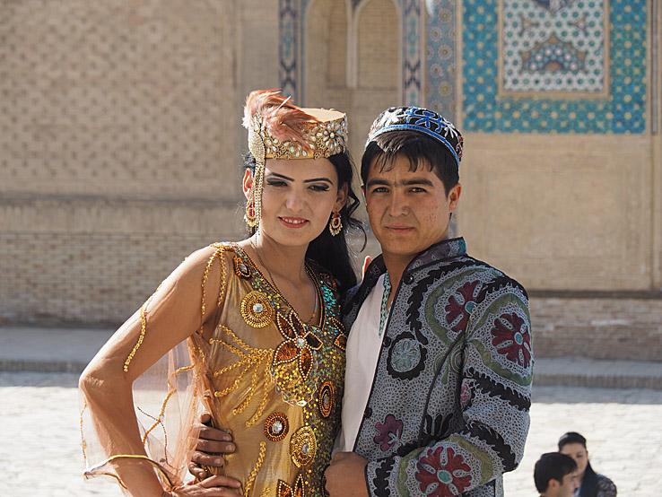 Brudpar i traditionella kläder. Buchara