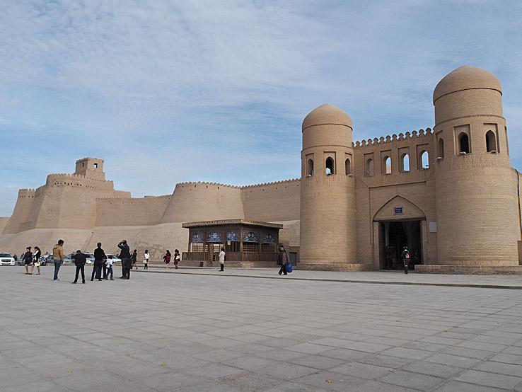 Stadsmuren med porten Ata Darvoza. Khiva (U)