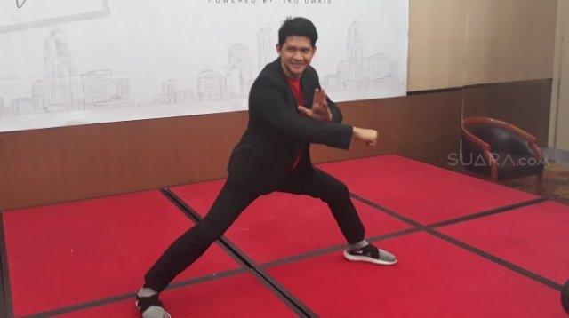 Iko Uwais unjuk gigi kemampuan pencak silat di sela-sela peresmian sekolah ilmu bela diri miliknya,  Thunder 11 Center of Martial Arts di Hotel Horison Ultima, Bekasi, Jawa Barat, Kamis (12/7/2018) [Suara.com/Ismail]