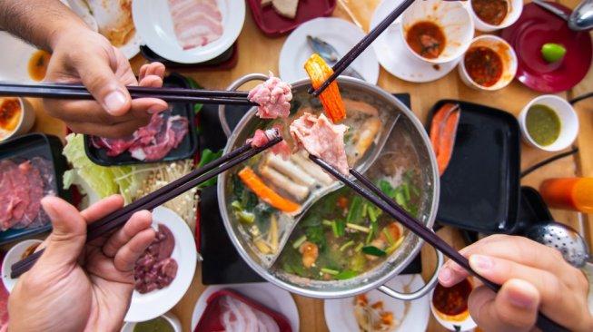 ilustrasi makan shabu shabu [shutterstock]