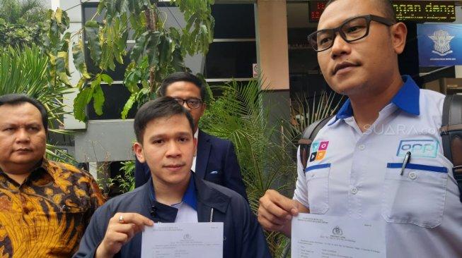 Jordi Onsu dan Terry Suhendar melaporkan beberapa akun media sosial yang menghina Betrand Peto ke Polda Metro Jaya, Senin (11/11/2019). [Sumarni/Suara.com]
