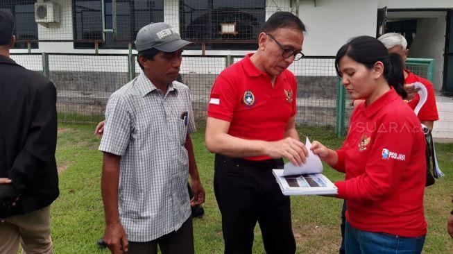 Ketua Umum PSSI, Mochammad Iriawan (tengah) dan Sekjen PSSI Ratu Tisha Destria saat sidak di Lapangan Karanggayam, Surabaya, Minggu (9/2/2020). [Suara.com / Arry S]