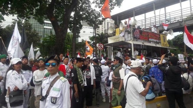 Aksi massa 212 di Patung Kuda, Jumat (21/2). (Suara.com/ Alifva Bestari)