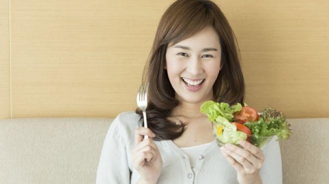 Ilustrasi Makan Sayur cara mengobati sembelit. (Shutterstock)
