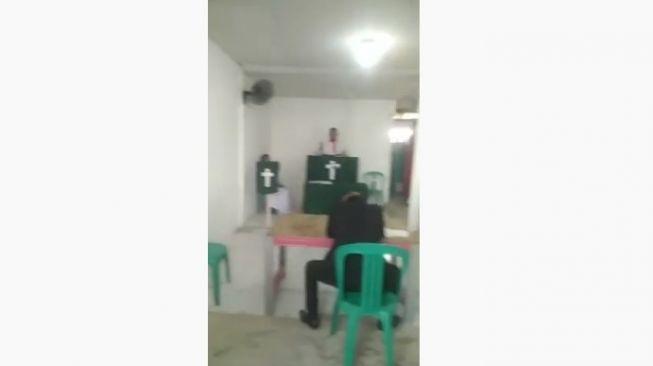 Sebuah ibadah kebaktian di Kabupaten Bekasi digeruduk massa. Ibadah kebaktian itu digelar di Perumahan Kota Serang Baru, Kecamatan Cibarusah, Kabupaten Bekasi. (ist)