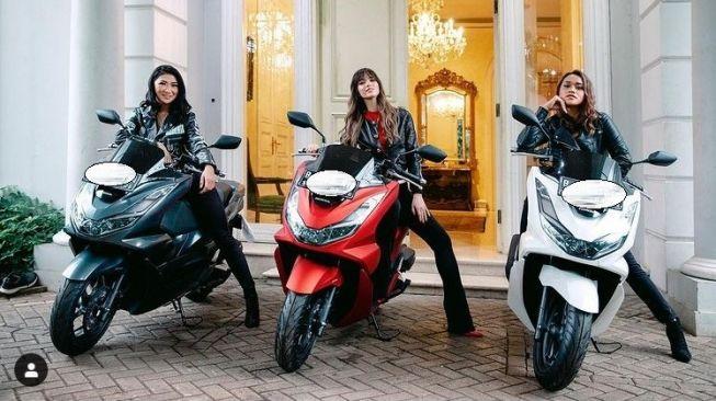Nia Ramadhani belikan motor Honda PCX 160 ke duo asistennya, Prita Aunalai dan Theresia Wienathan (Instagram)