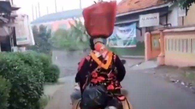 Aksi emak-emak bawa barang saat naik motor menjadi sorotan pengguna jalan lainnya (Instagram)