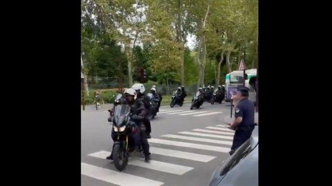 Selain mobil dan polisi pendamping mobil, masih ada polisi menggunakan moge yang mengamankan kawasan sekitar markas bola tempat Lionel Messi bergabung [Twitter ESPN via video @CanalSupporters].