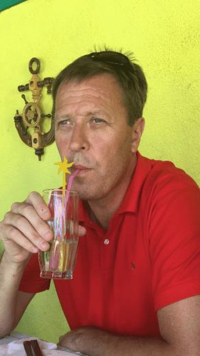 Gustav njuter av Lunchcocktail