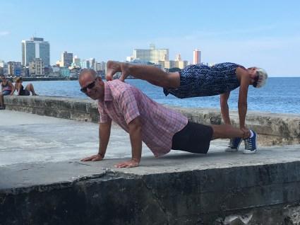 Dubbelplanka i Havanna med hotel Nacional bakom Evas rygg