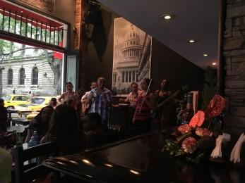 Många restauranger kör med live musik (även på lunchen)