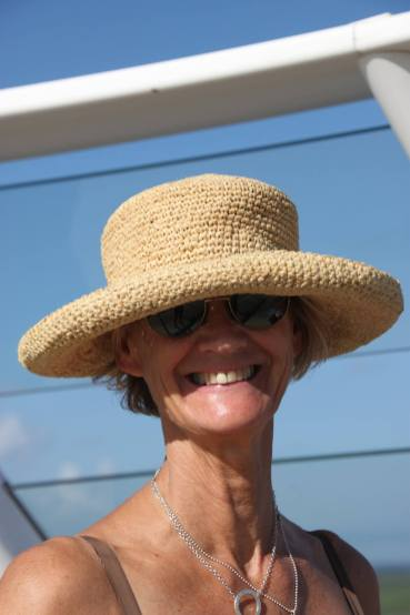 Inger med solskydd på huvudet