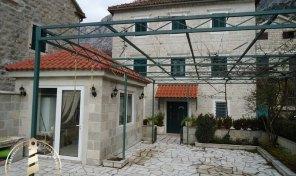 Renovirana kamena vila na obali mora – Orahovac, Kotor