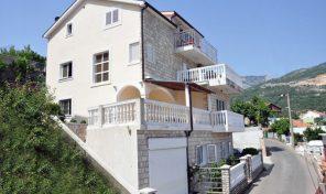 Herceg Novi – troetažna kuća sa apartmanima, blizu Kanli Kule