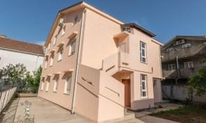Kuca podeljena na pet stambenih jedinica – Bijela, Herceg Novi