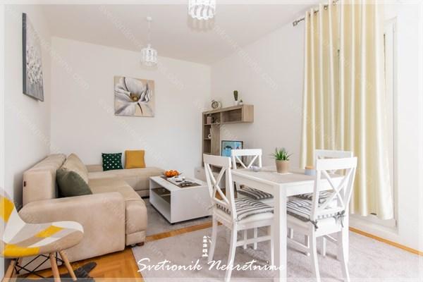 Prodaja stanova Tivat - Kompletno namesten i opremljen stan sa pogledom na more