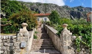 Kamena vila u prvom redu do mora – Dobrota, Kotor