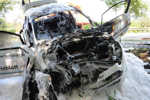 Der Ford Fiesta brannte nach dem Unfall komplett aus.