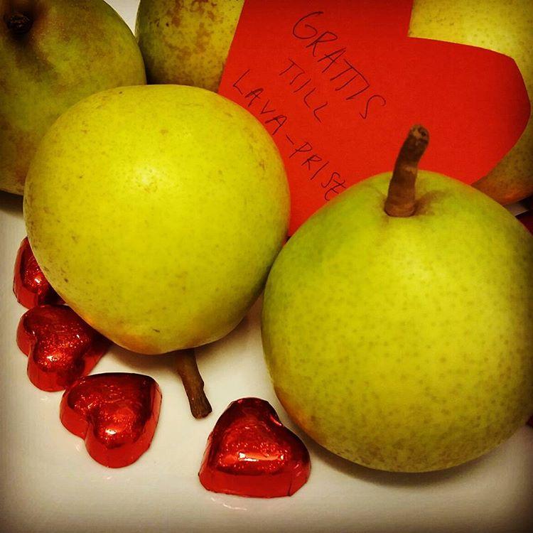 Kom till jobbet. Möttes av ekologiska päron, chokladhjärtan och kardemummabullar 😍 #kollegorfrånhimlen #feststämning