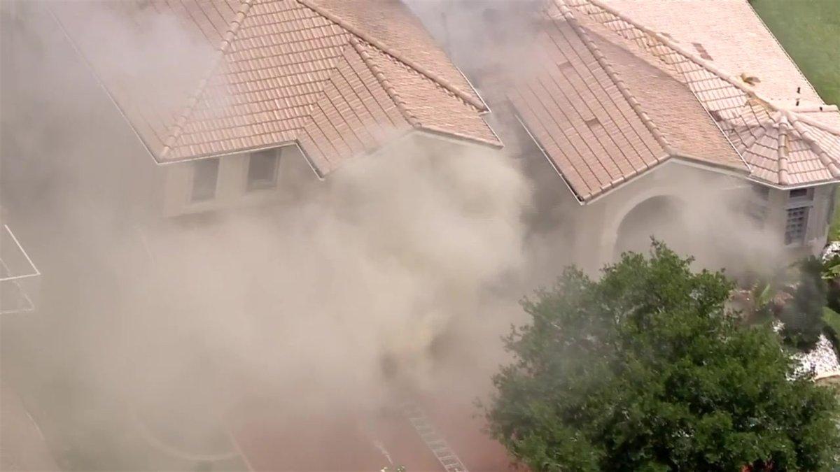 Bomberos intentan apagar incendio en una casa de Miramar – Telemundo Miami  (51)
