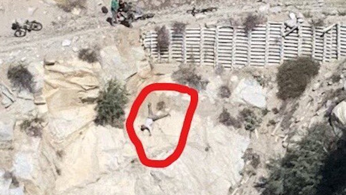 Rescatan a ciclista tras colgar boca abajo al costado de un acantilado