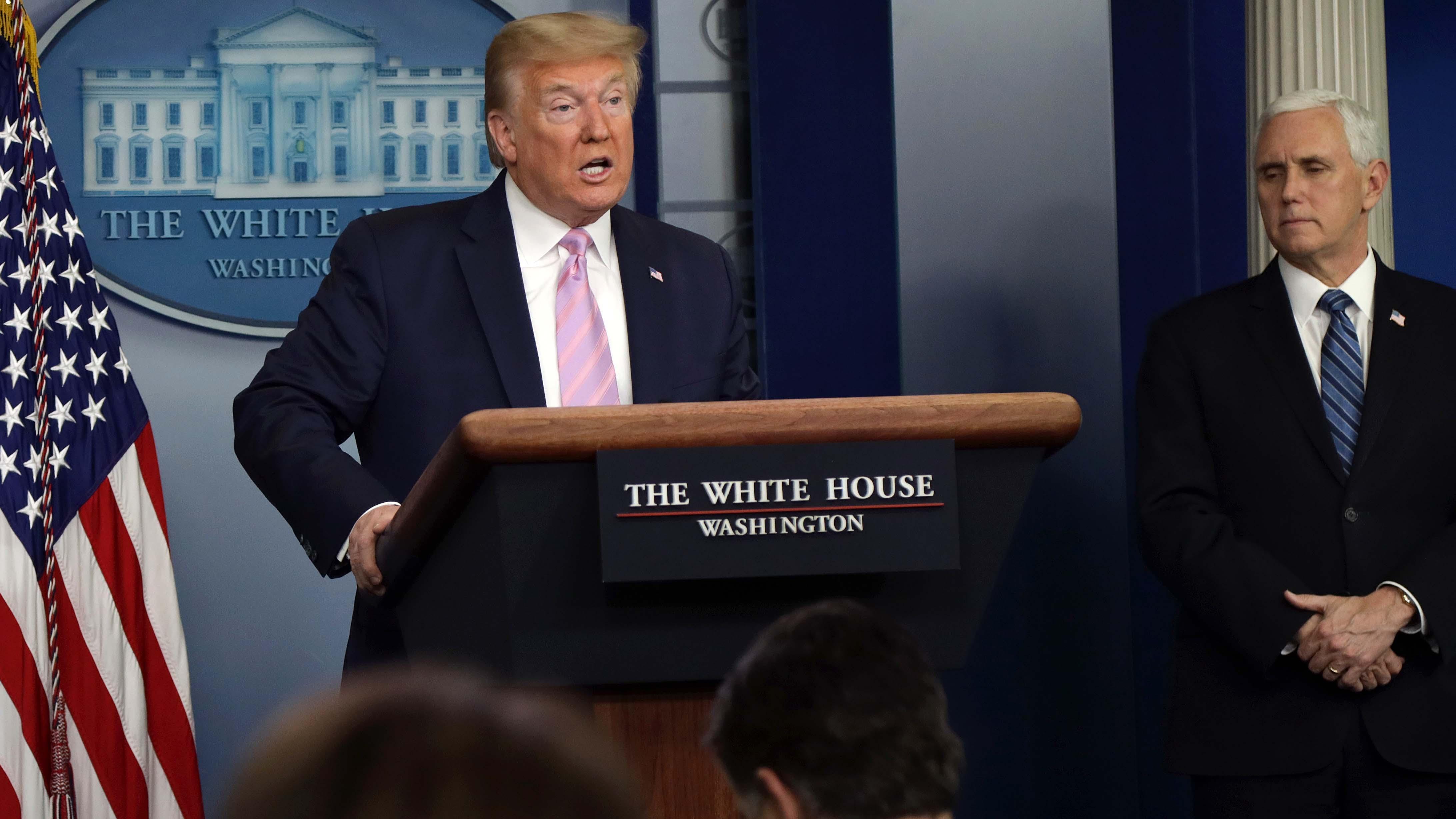"""Trump arremete contra las críticas en su contra por manejo de crisis de covid-19 y alega tener autoridad """"total"""" como presidente"""