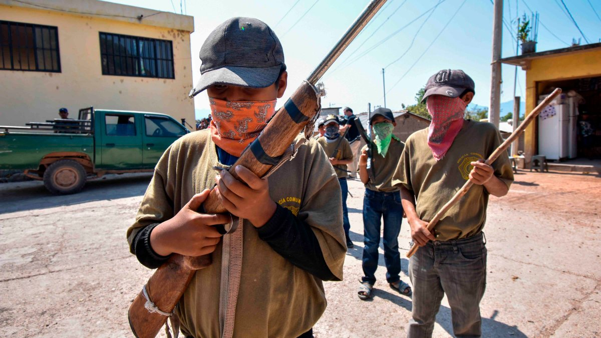Children against narcos: with 6 years they carry rifles to defend their community