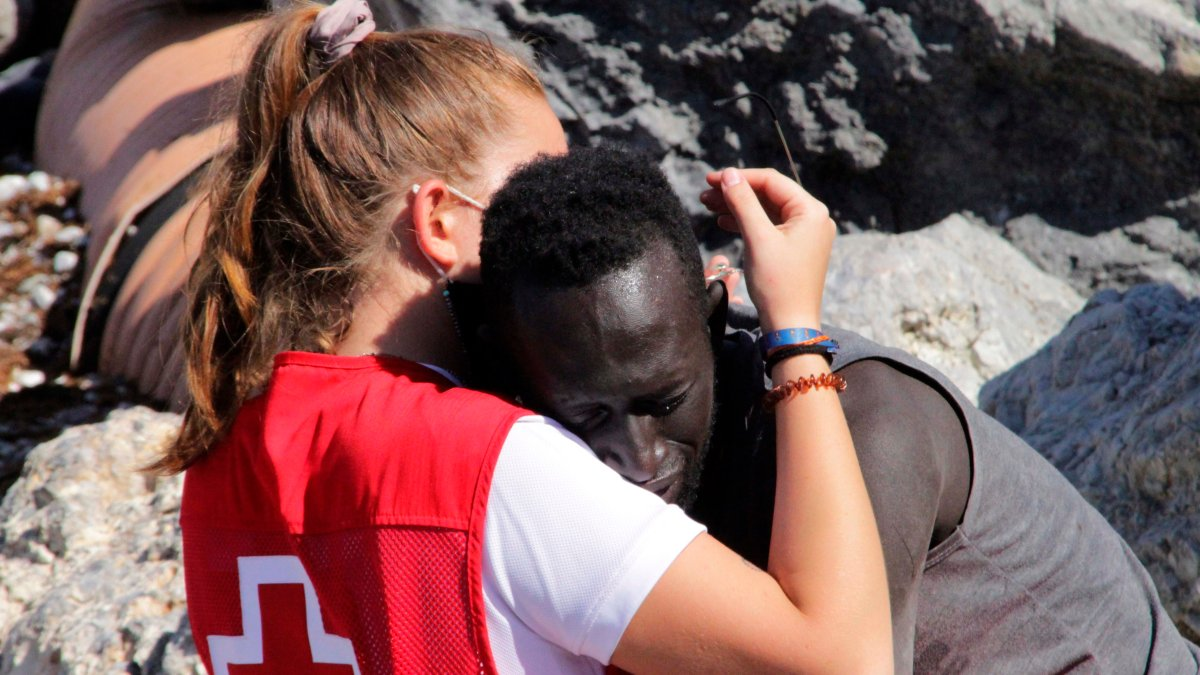 Powerful hug between young volunteer and a migrant moves the world and goes viral