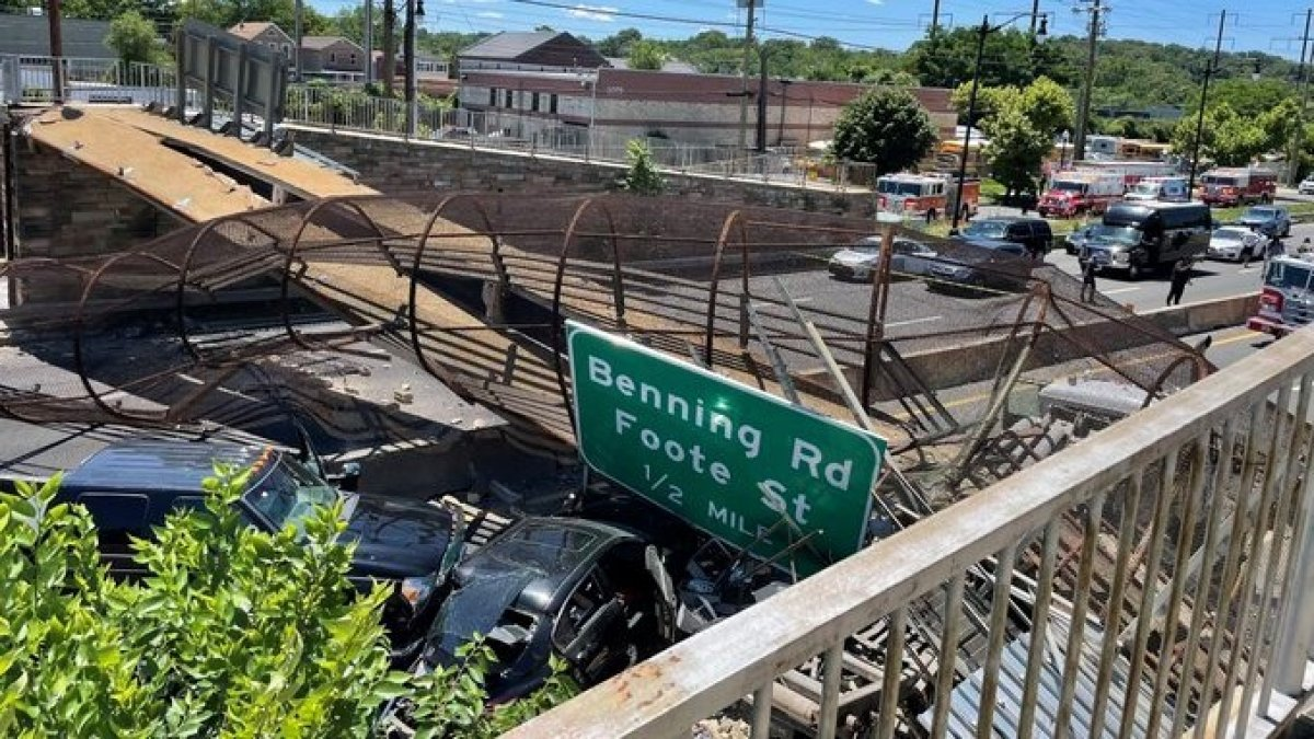 Pedestrian bridge collapses in Washington DC: there are several injured