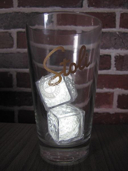 verre stoli vodka et ses glacons lumineux