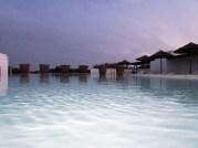 coucher de soleil au bord de la piscine ecorkhotel
