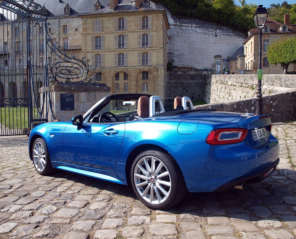 fiat 124 spider bleu italia