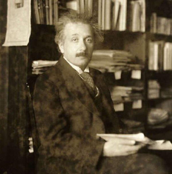 1921年ノーベル物理学賞を受賞