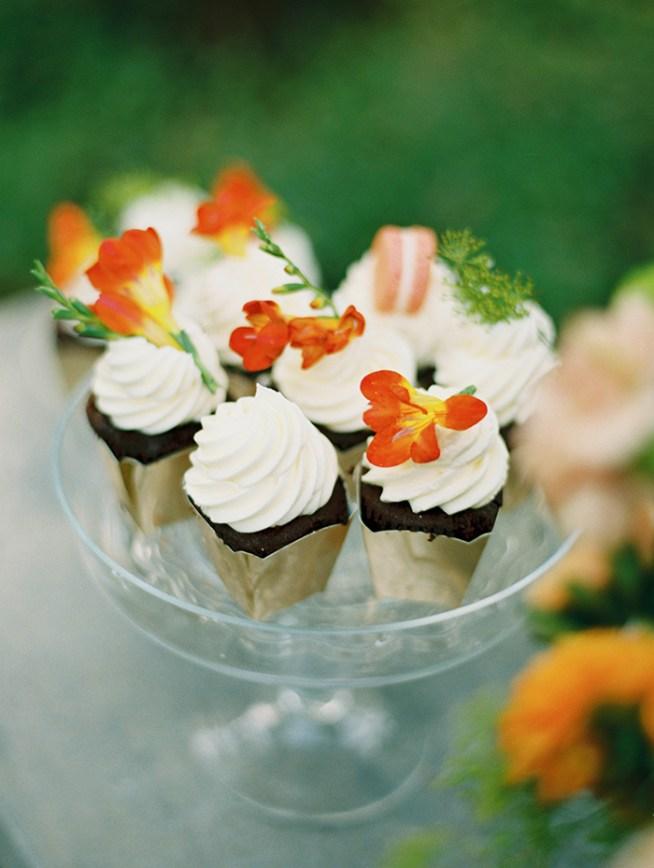 Cupcakes bröllopstårta och dessertbord foto: 2 Brides Photography