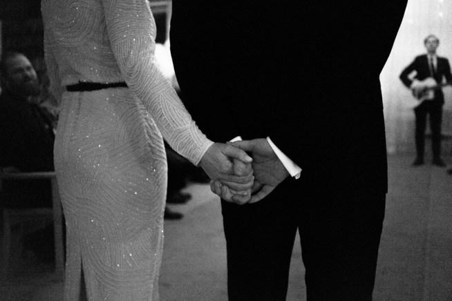 Brudpar som håller handen bröllopsfotografering med Liam Warton
