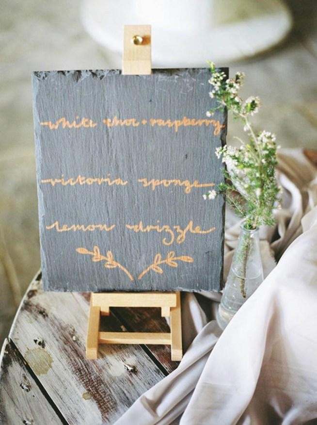 Handskriven tårmeny på granitplatta