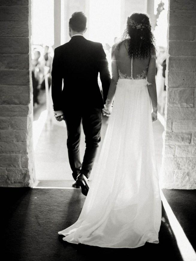 bruden och brudgummen gör entré till bröllopsmiddagen