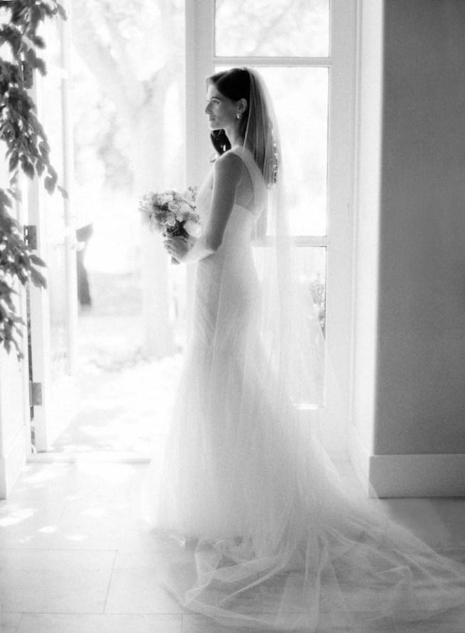 klassisk brudklänning och bukett